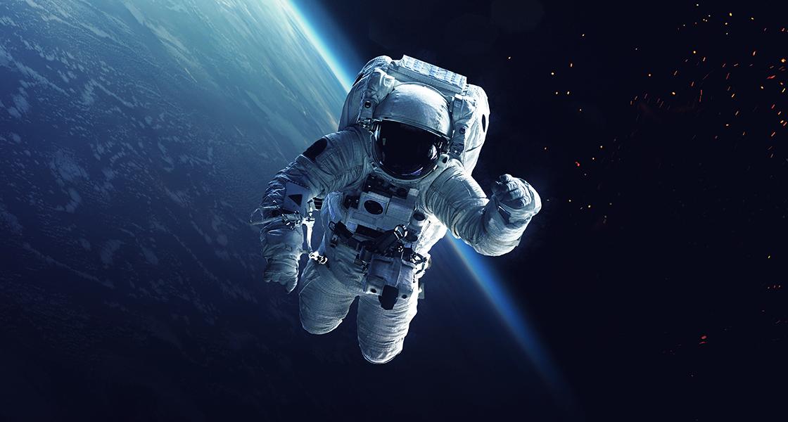 Astronaut og rumskib i kredsløb om jorden